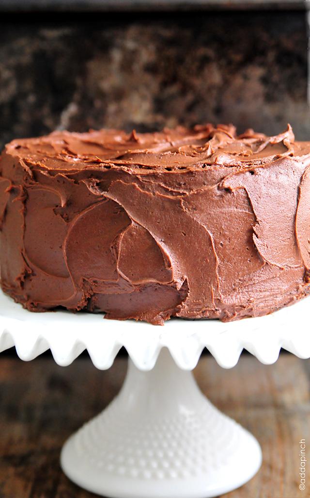 La meilleure recette de gâteau au chocolat de tous les temps. La meilleure recette de gâteau au chocolat avec un glaçage au chocolat au beurre décadent qui deviendra rapidement votre préféré! // addapinch.com #chocolatecake