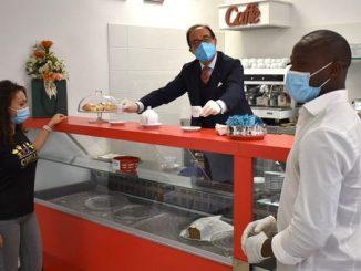 Rome, le recteur improvise en tant que barista et prépare le café pour les étudiants