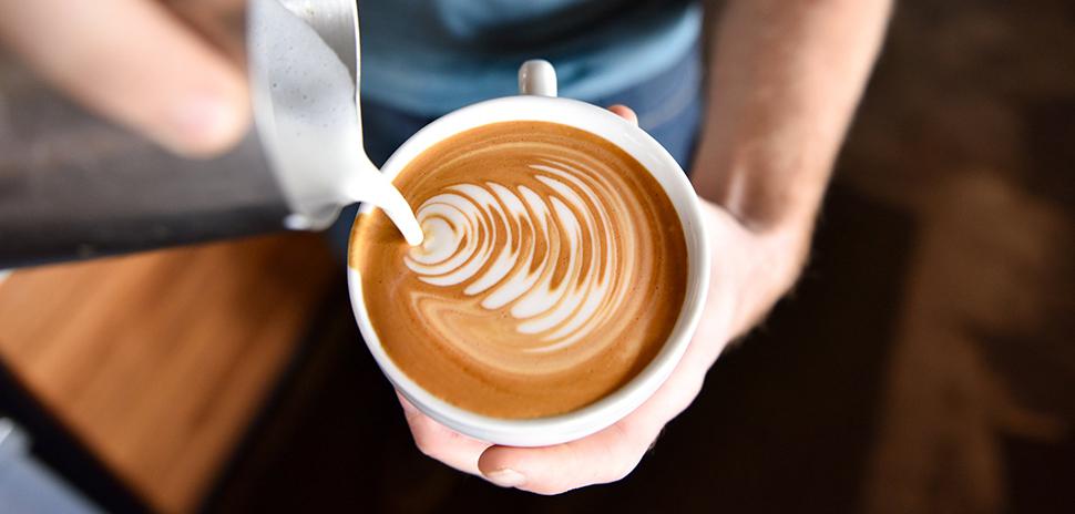 """https://reportergourmet.com/ """"width ="""" 970 """"height ="""" 464 """"srcset ="""" https://reportergourmet.com/files/2020/07/2-coffee.jpg 970w, https://reportergourmet.com /files/2020/07/2-coffee-300x144.jpg 300w, https://reportergourmet.com/files/2020/07/2-coffee-768x367.jpg 768w, https://reportergourmet.com/files/2020 /07/2-coffee-696x333.jpg 696w, https://reportergourmet.com/files/2020/07/2-coffee-878x420.jpg 878w """"tailles ="""" (largeur max: 970px) 100vw, 970px """"/ ></p></noscript><p>""""<em>La clé de voûte de la croissance qualitative des bars est le client final, et il est donc nécessaire de l'aider à pouvoir évaluer le travail des baristas, en fournissant les indications appropriées pour que les vrais professionnels soient reconnus et récompensés. Si le client est conscient de ce que signifie travailler avec qualité dans ce type de réalité, il est également enclin à récompenser le barman qui travaille dans ce sens, contribuant ainsi à la croissance de l'ensemble du secteur</em>""""Dit Luigi Morello, président de l'IEI.</p></div><div class="""