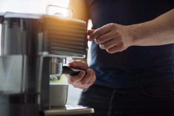 """machine à café """"width ="""" 600 """"height ="""" 400 """"data-src ="""" https://www.shop-ici-ailleurs.com/wp-content/uploads/2020/07/1595239985_318_Comment-choisir-la-meilleure-machine-a-cafe-pour-un-usage.jpg """"data -srcset = """"https://www.casaegiardino.it/images/2020/07/macchina-caffè-003-600x400.jpg 600w, https://www.casaegiardino.it/images/2020/07/macchina-caffè -003-800x533.jpg 800w, https://www.casaegiardino.it/images/2020/07/macchina-caffè-003-768x512.jpg 768w, https://www.casaegiardino.it/images/2020/07 /macchina-caffè-003.jpg 1200w"""