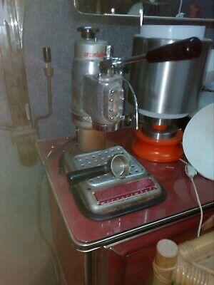 La machine à café Miro Cimbali doit être restaurée avec tous les accessoires