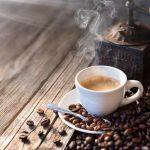 les aliments et les boissons qui en contiennent en plus du café