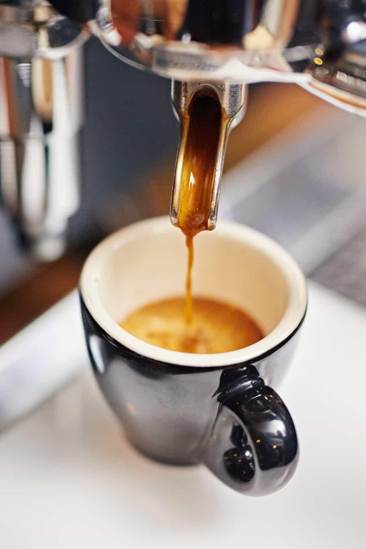 """machine à café expresso """"width ="""" 1000 """"height ="""" 1500 """"srcset ="""" https://www.shop-ici-ailleurs.com/wp-content/uploads/2020/10/1603846147_827_6-Meilleur-combo-machine-a-cafe-et-espresso-de-2020.jpg 1000w, https : //www.luckybelly.com/wp-content/uploads/2020/09/coffee-espresso-combo-machine-200x300.jpg 200w, https://www.luckybelly.com/wp-content/uploads/2020/ 09 / cafetière-espresso-combo-683x1024.jpg 683w, https://www.luckybelly.com/wp-content/uploads/2020/09/coffee-espresso-combo-machine-768x1152.jpg 768w """"tailles = """"(max-width: 1000px) 100vw, 1000px"""" data-jpibfi-post-excerpt = """""""" data-jpibfi-post-url = """"https://www.luckybelly.com/combination-coffee-and-espresso-machines / """"data-jpibfi-post-title ="""" 6 Meilleur combo café et espresso de 2020 """"data-jpibfi-src ="""" https://www.luckybelly.com/wp-content/uploads/2020/09/coffee- machine-espresso-combo.jpg"""