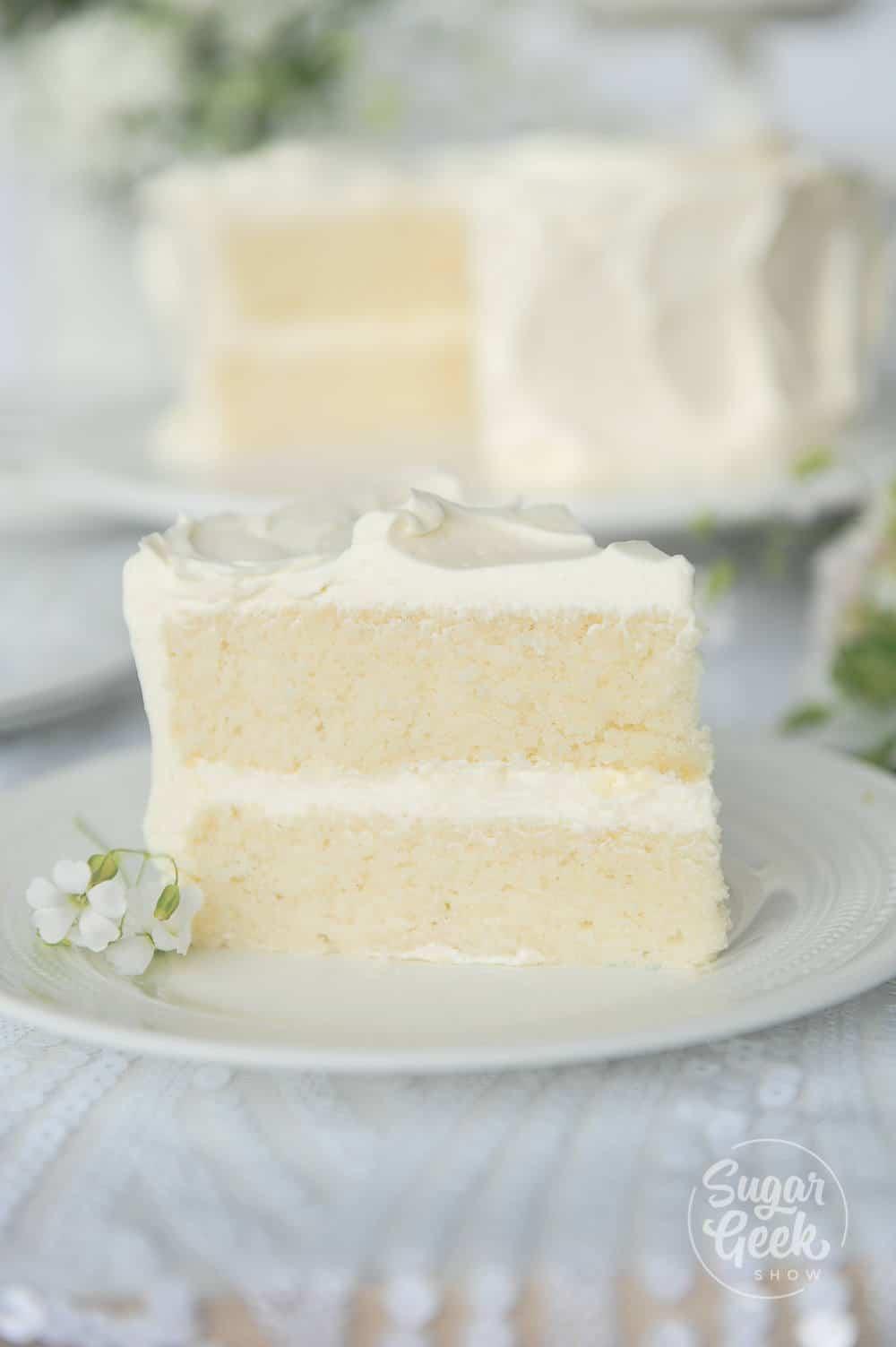 """recette de gâteau blanc moelleux à partir de zéro """"width ="""" 1000 """"height ="""" 1503 """"data-pin-description ="""" Vous allez adorer cette recette de gâteau blanc faite à partir de zéro car sa mie tendre fond dans votre bouche et est SI savoureuse! Adieu le gâteau blanc sec et ennuyeux, c'est la seule recette de gâteau blanc dont vous aurez jamais besoin """"srcset ="""" https://sugargeekshow.com/wp-content/uploads/2018/03/white-cake-recipe-39-of- 55.jpg 1000w, https://sugargeekshow.com/wp-content/uploads/2018/03/white-cake-recipe-39-of-55-426x640.jpg 426w, https://sugargeekshow.com/wp- content / uploads / 2018/03 / recette-de-gâteau-blanc-39-sur-55-768x1154.jpg 768w, https://sugargeekshow.com/wp-content/uploads/2018/03/white-cake-recipe-39 -of-55-532x800.jpg 532w """"tailles ="""" (largeur maximale: 1000px) 100vw, 1000px"""