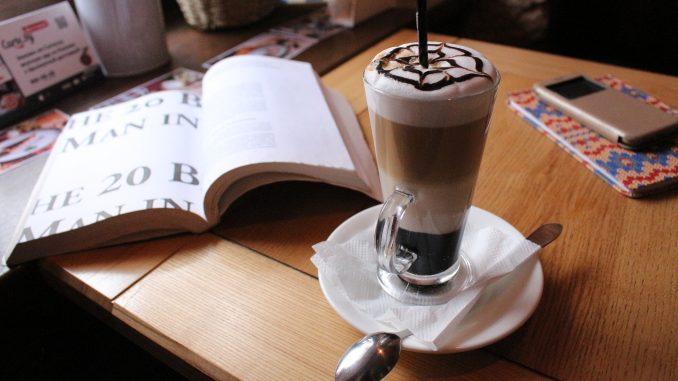 Comment faire du café Mocaccino à trois couches avec de la crème au lait et du chocolat à la maison