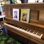 De délicieux plats peuvent être trouvés dans l'extravagant Lost Parrot Café dans le sud de Pasadena, le San Gabriel Valley Tribune