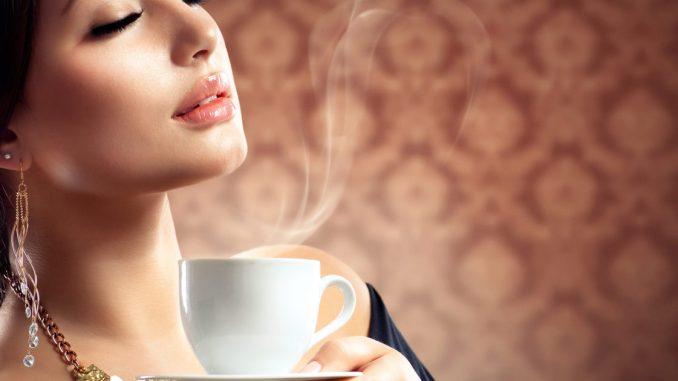 Étiquette du café: le bon ton de la tasse au verre d'eau