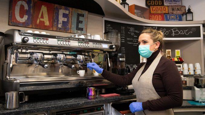 """La révolte des baristas et des chefs: """"Pourquoi est-il interdit de boire du café au comptoir?"""""""