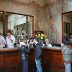 Les restaurants et les bars reprennent le travail, mais uniquement à l'extérieur: presser pour le café au comptoir