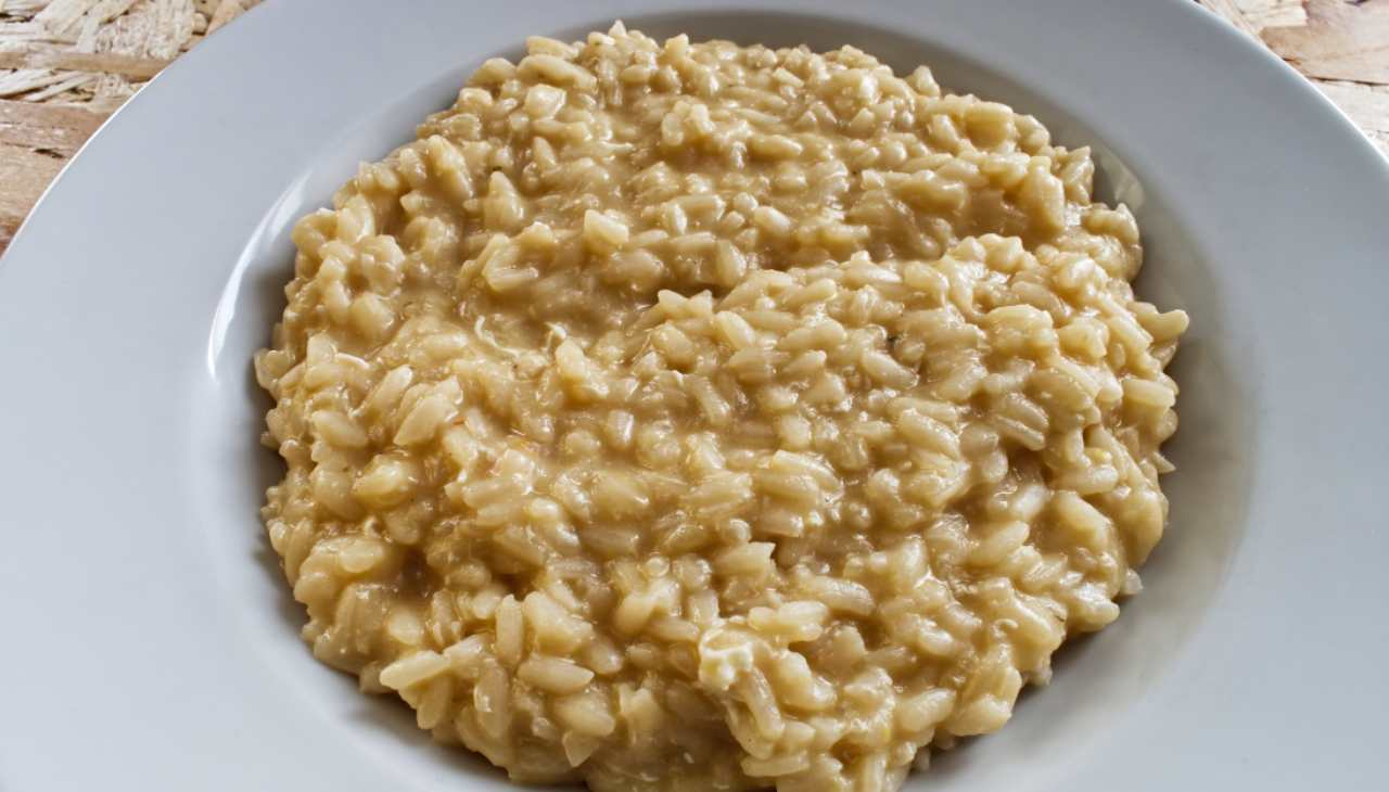 Premier plat de riz avec du fomaggio et du café en poudre