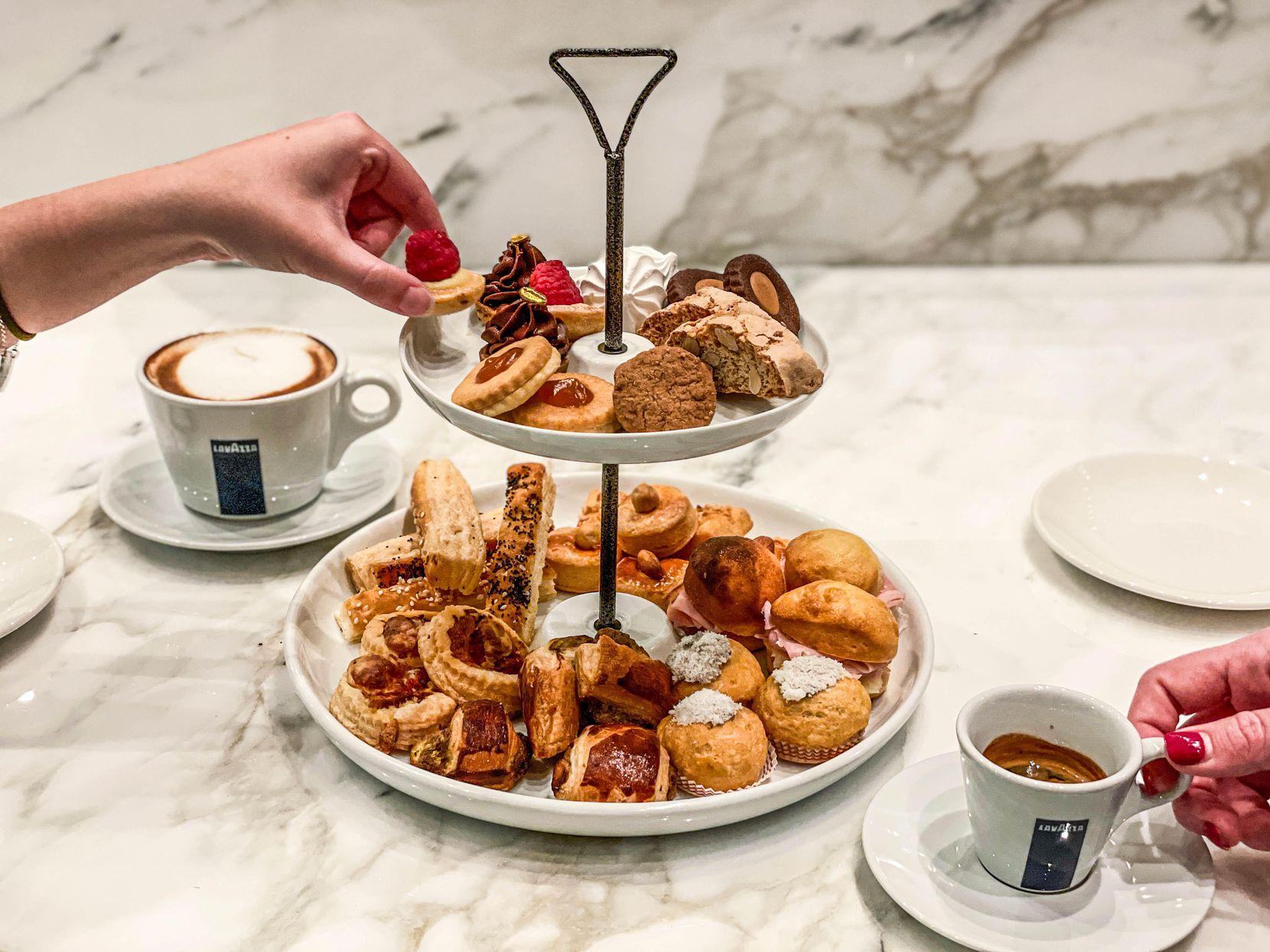 L'un des éléments du menu du Caffe Lavazza à l'intérieur d'Eataly Dallas est la tour, une tour de collations à partager.