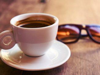 Pour profiter pleinement de l'arôme de notre café au bar, faut-il boire le verre d'eau avant ou après?