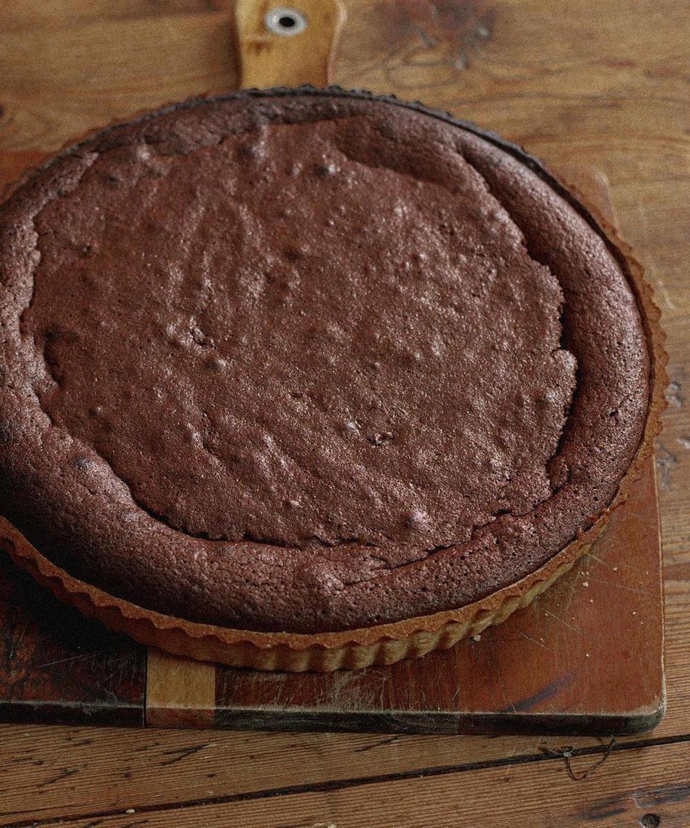 une tarte au chocolat sur une planche à découper