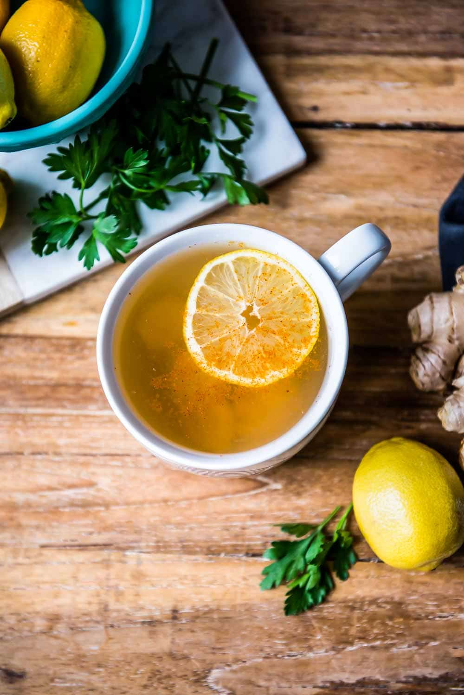 thé nettoyant au citron, poivre de cayenne, persil et gingembre. tout fait partie du meilleur thé détox