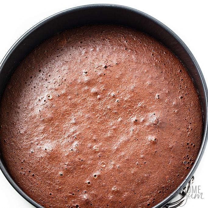 gâteau au chocolat à faible teneur en glucides dans le moule après la cuisson