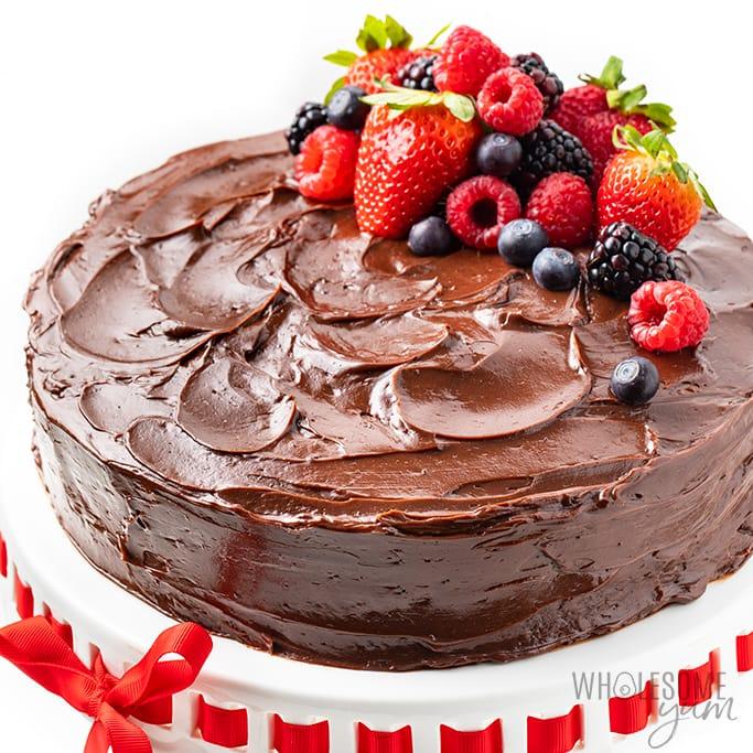 recette de gâteau au chocolat céto sur un stand de gâteau