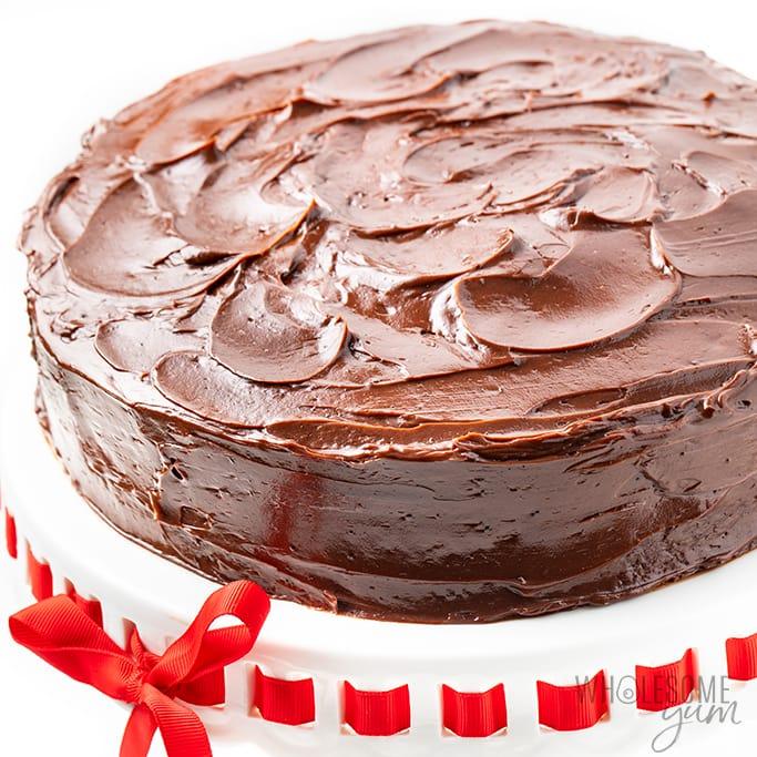 gâteau au chocolat à faible teneur en glucides avec glaçage