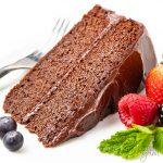 tranche de gâteau céto au chocolat avec des baies Détail: la-meilleure-recette-de-gâteau-céto-chocolat-3