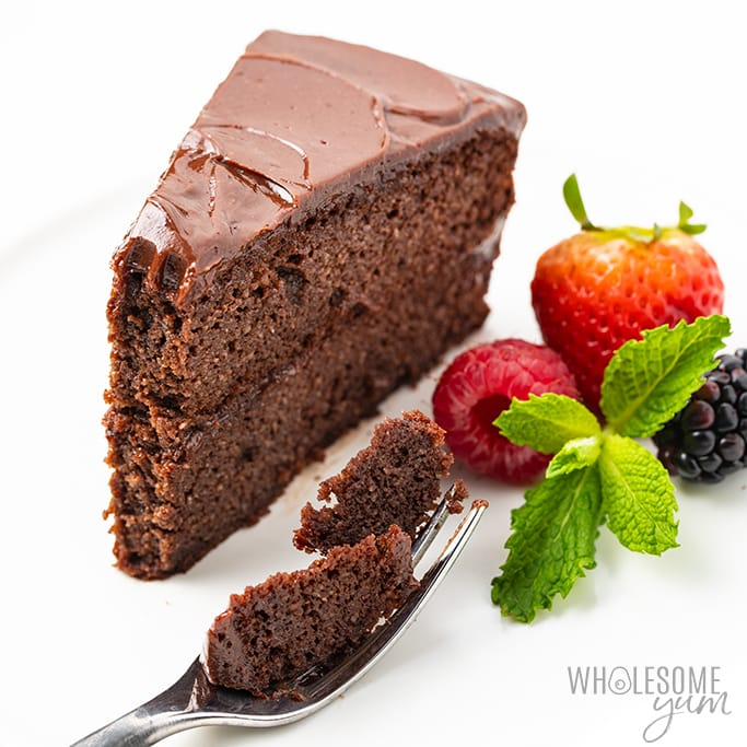 Tranche de gâteau au chocolat convivial céto avec fourchette et baies