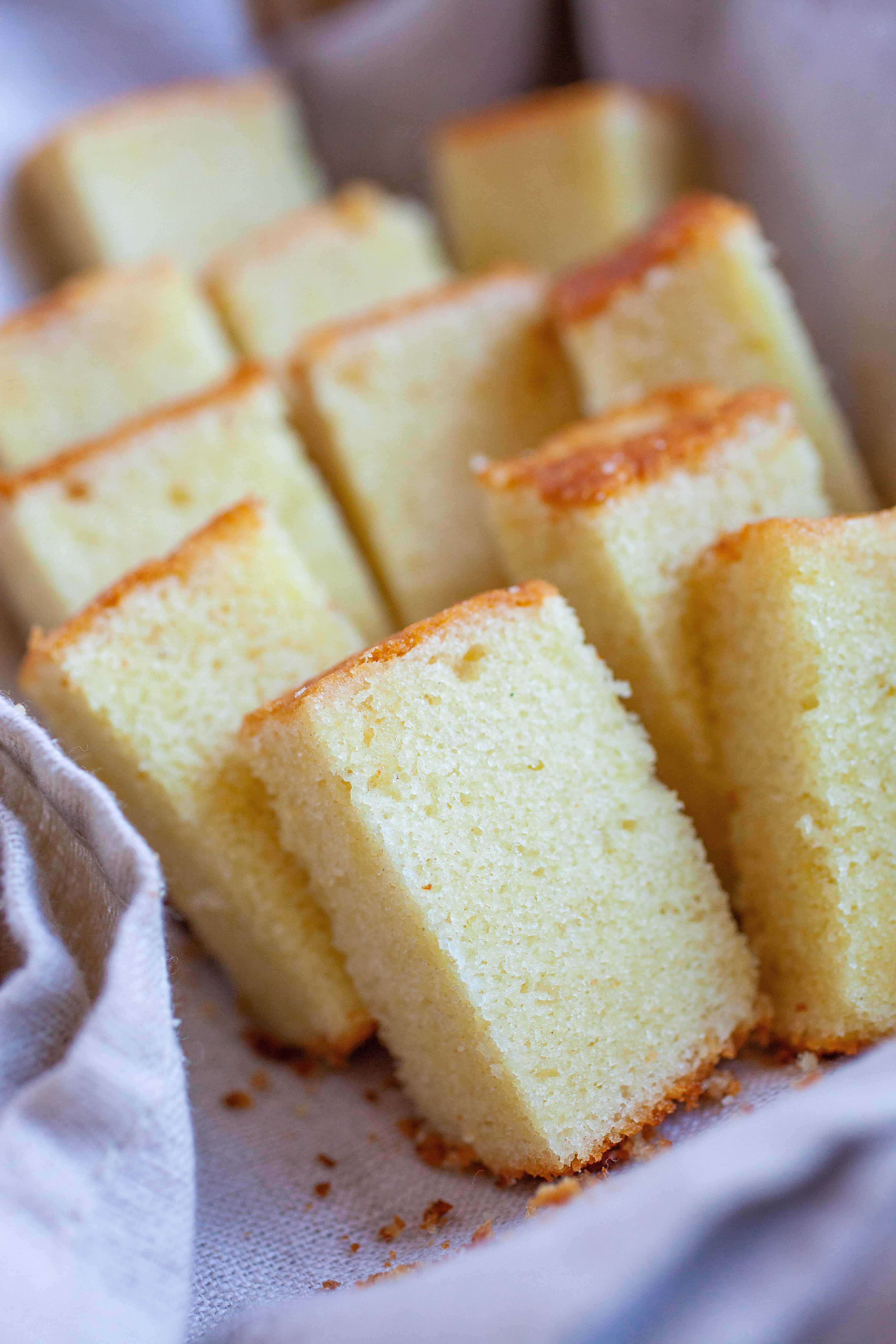 Petits morceaux de gâteau au beurre.