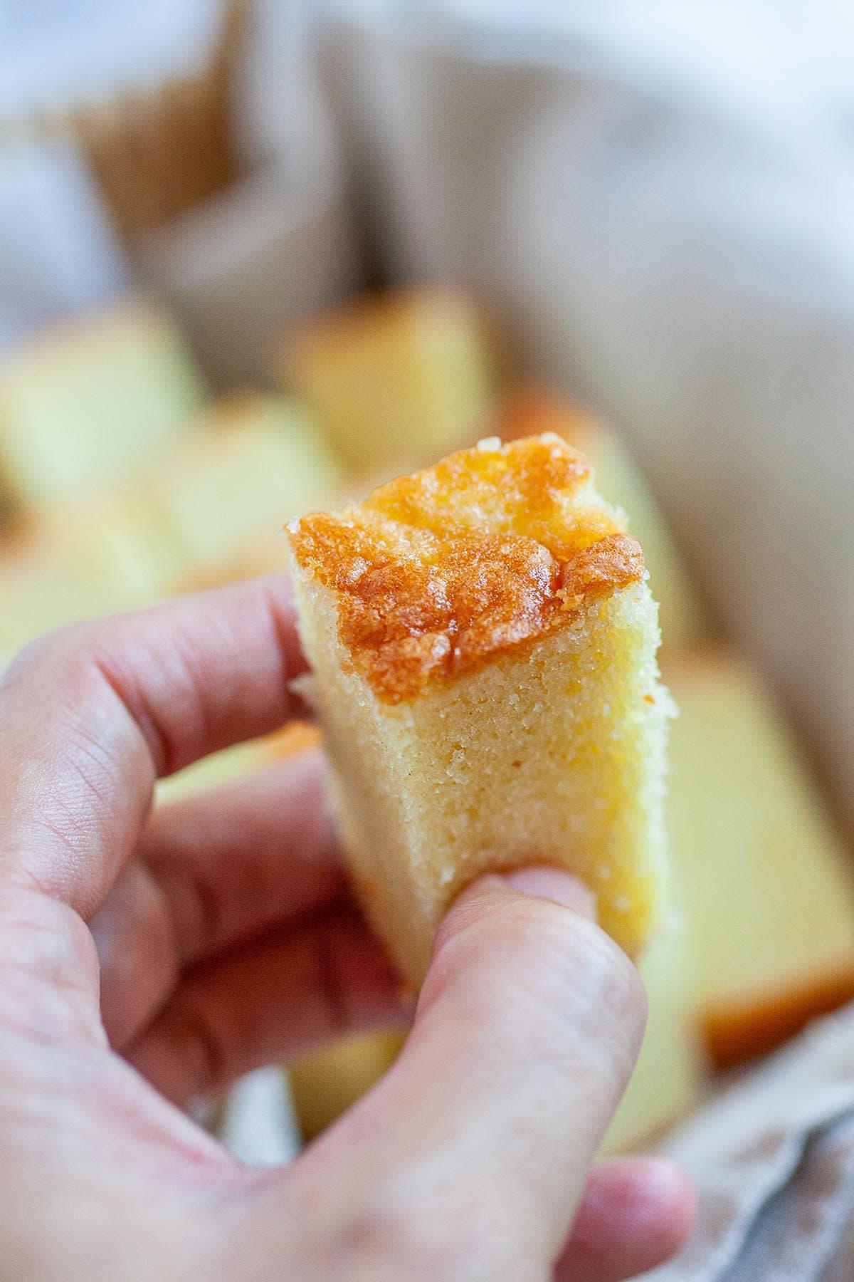 Gâteau au beurre riche, coupé en morceaux.
