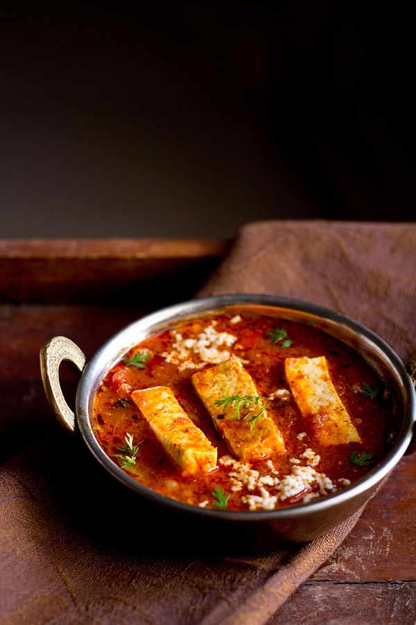sauce kadai paneer recette dans un petit kadai en cuivre garni de brins de coriandre