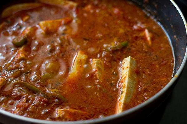 paneer mélangé et sauce kadai paneer est prêt à être servi