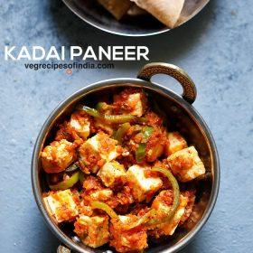kadai paneer dans un petit kadai (wok indien) sur un tableau bleu clair avec un texte en gras de