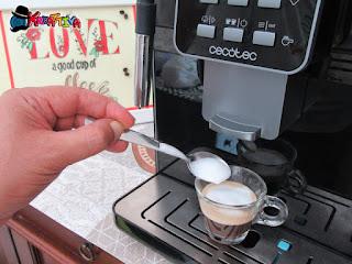 préparation de mousse de café avec Cecotec Cumbia Power Matic-ccino 6000
